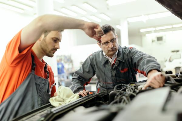 car-mechanic-upkeeping-car-7R2TNM5-2