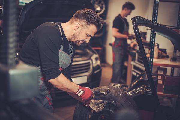 professional-car-mechanic-balancing-car-wheel-on-PSGMMM7-1