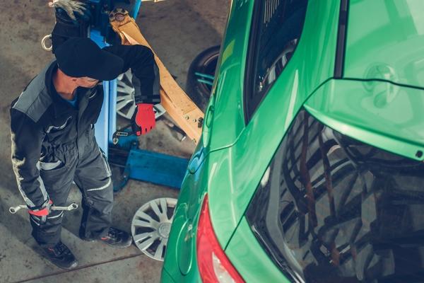 car-mechanic-repair-station-8G3BMF7-1-1